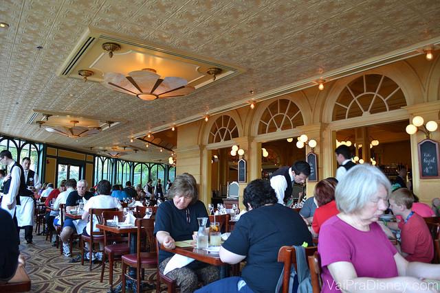 Imagem das mesas com muitos visitantes dentro do Chefs de France, mostrando como o restaurante é espaçoso.