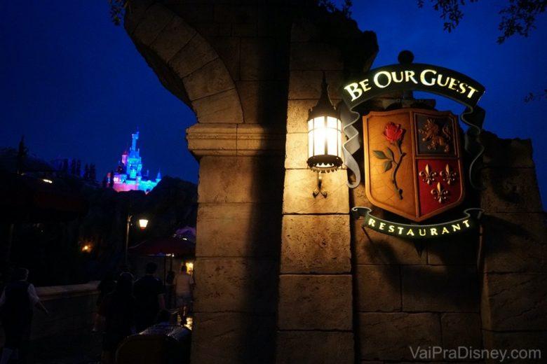 O castelo fica ainda mais bonito a noite.