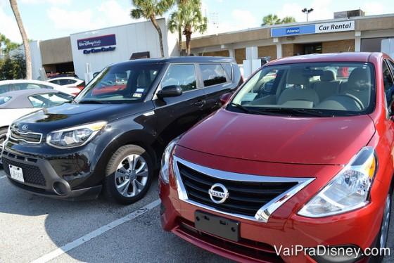 Os carros em Orlando normalmente são automáticos. Foto dos carros no estacionamento da locadora, um vermelho e outro preto