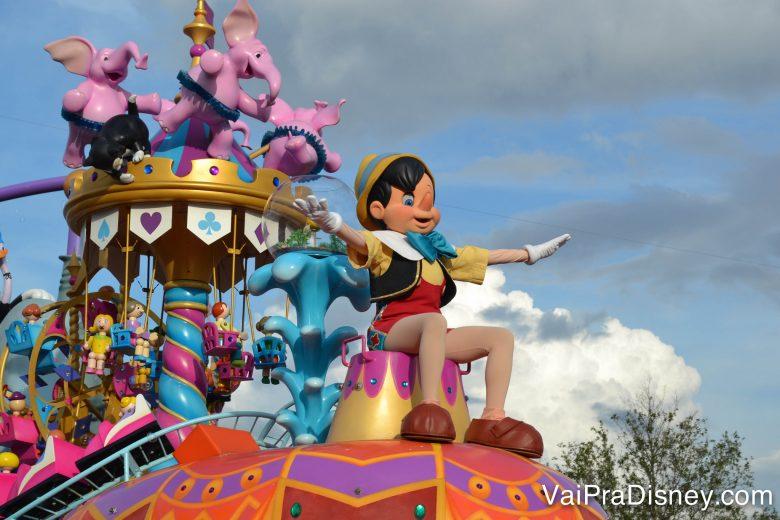 Diversos personagens aparecem na parada do Magic Kingdom.