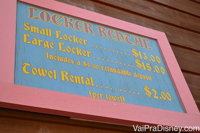 Preços dos armários e toalhas para locação no Blizzard Beach. Se devolver a chave ganha $5 de volta
