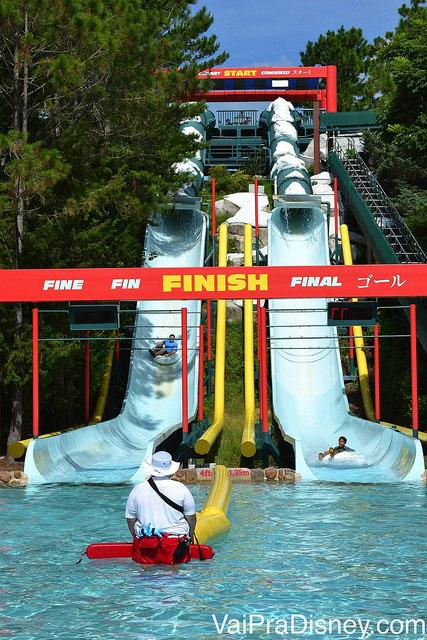 Competição de quem chega primeiro depois de despencar no toboágua no Blizzard Beach