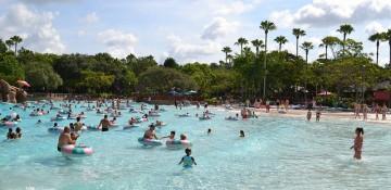 Tranquilidade ou agitação: cada um escolhe o ritmo que quer nos parques aquáticos.