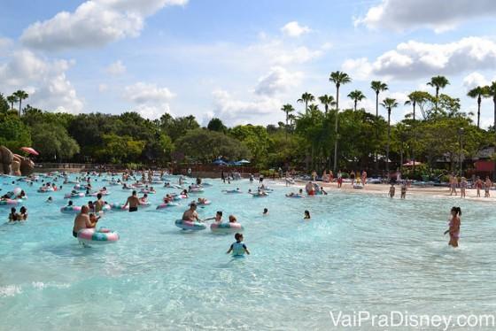 Foto dos visitantes em boias na praia do Typhoon Lagoon, um dos parques aquáticos da Disney. É uma opção interessante para quem gosta de atividades aquáticas no verão