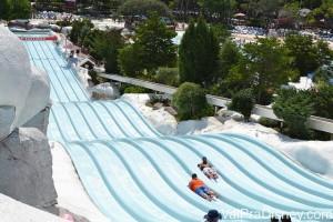 Outra atração de competição é o Toboggan Racers em que você usa tapetes para deslizar até a piscina