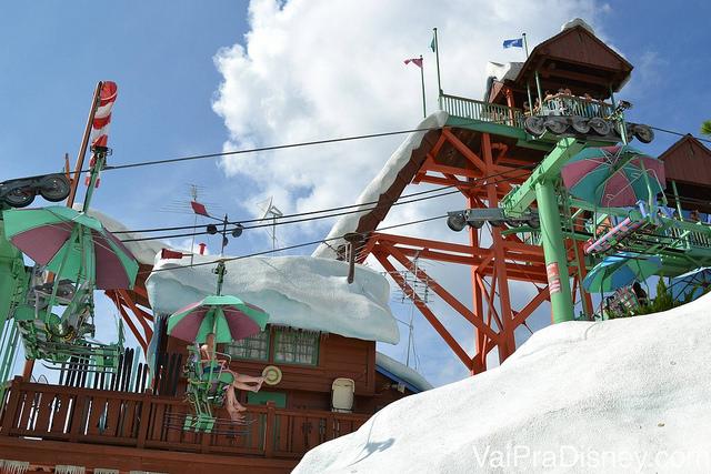 Chegando no alto da montanha de teleférico: típico das estações de esqui