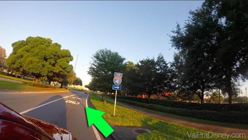 """Veja nesse exemplo, a rua é a mesma, mas só poderá fazer a conversão a direita, quem tiver na faixa da direita. Foto da rua de mão única com uma flecha indicando a sinalização """"Only"""" no chão"""