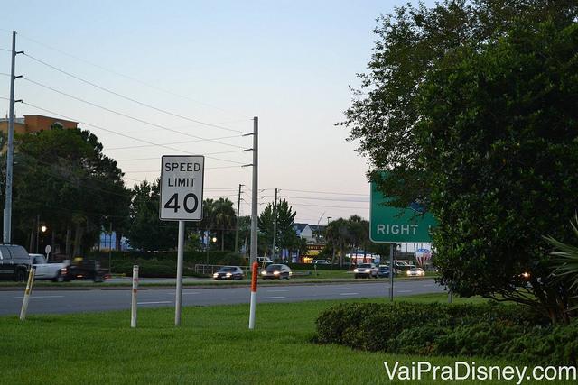 """Velocidade de 40 MPH para dirigir em Orlando. Foto de uma placa de limite de velocidade, indicando """"Speed limit 40"""""""