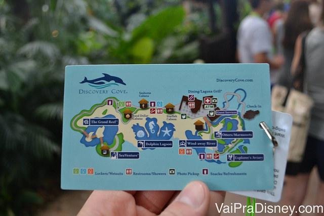 Mapa impresso em um cartão plástico e que fica pendurado no pescoço durante o tempo todo. Sem desculpa para se perder