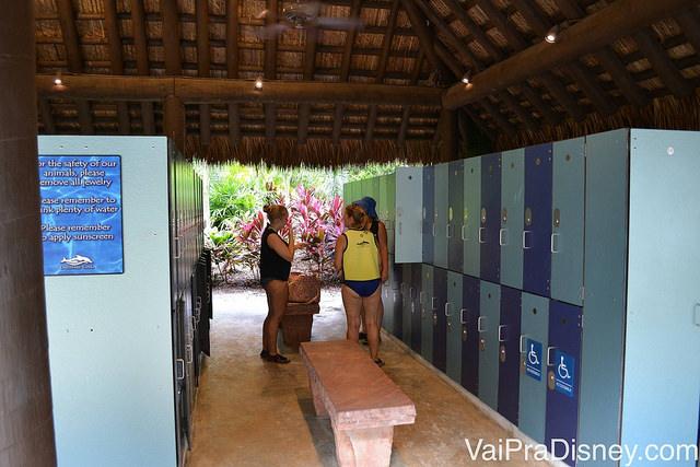 No Discovery Cove, os armários para guardar seus pertencem se localizam do lado de fora dos vestiários