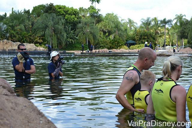 Fotógrafo e cinegrafista do Discovery Cove entram na água junto com o grupo para registrar todos os momentos