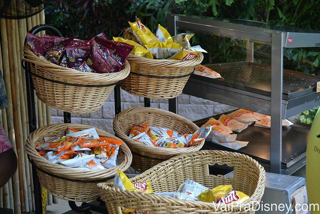 Snacks são servidos a vontade em barracas espalhadas pelo Discovery Cove
