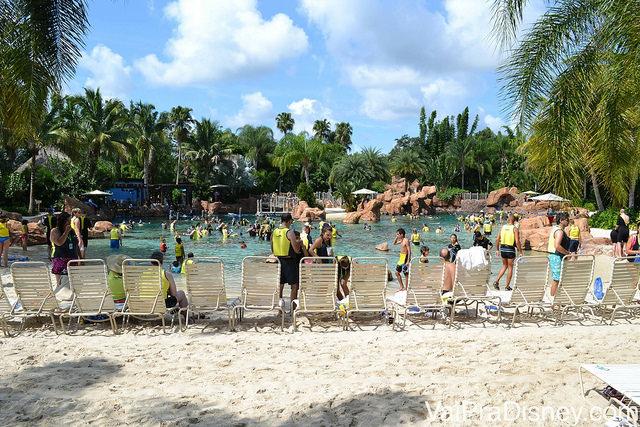 No Discovery Cove, enquanto alguns tomam sol, outros mergulham junto com os peixes e raias no Grand Reef