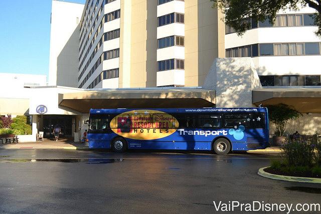 Foto do ônibus do transporte gratuito para os parques da Disney feito pelo hotel