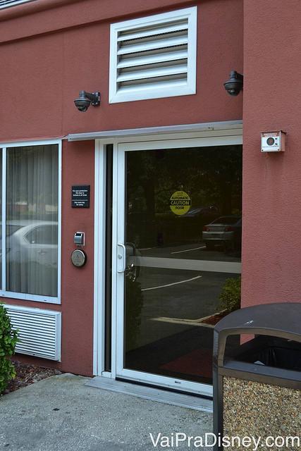 Entrada lateral do Hampton Inn que só é possível acessar com a chave do quarto. A parede é pintada de vinho