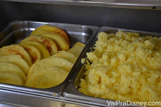 Panquecas e ovos mexidos. Café da manhã tradicional americano.