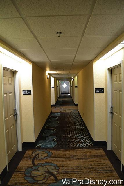 Corredor do segundo andar do Hampton Inn, com carpete florido
