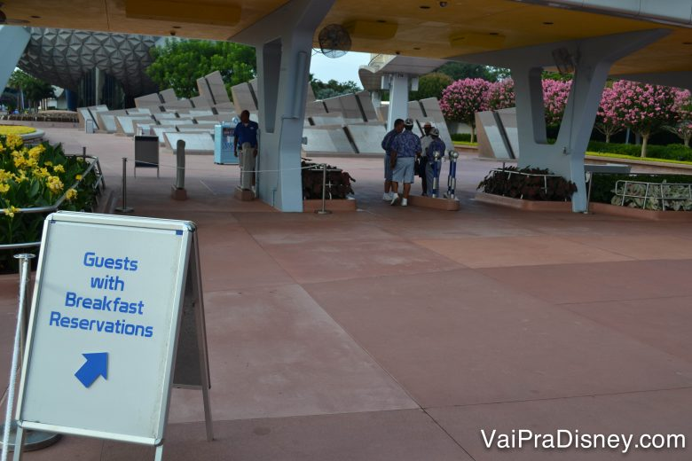Foto da placa no Epcot indicando a entrada antecipada para visitantes que tenham reservas para o café-da-manhã