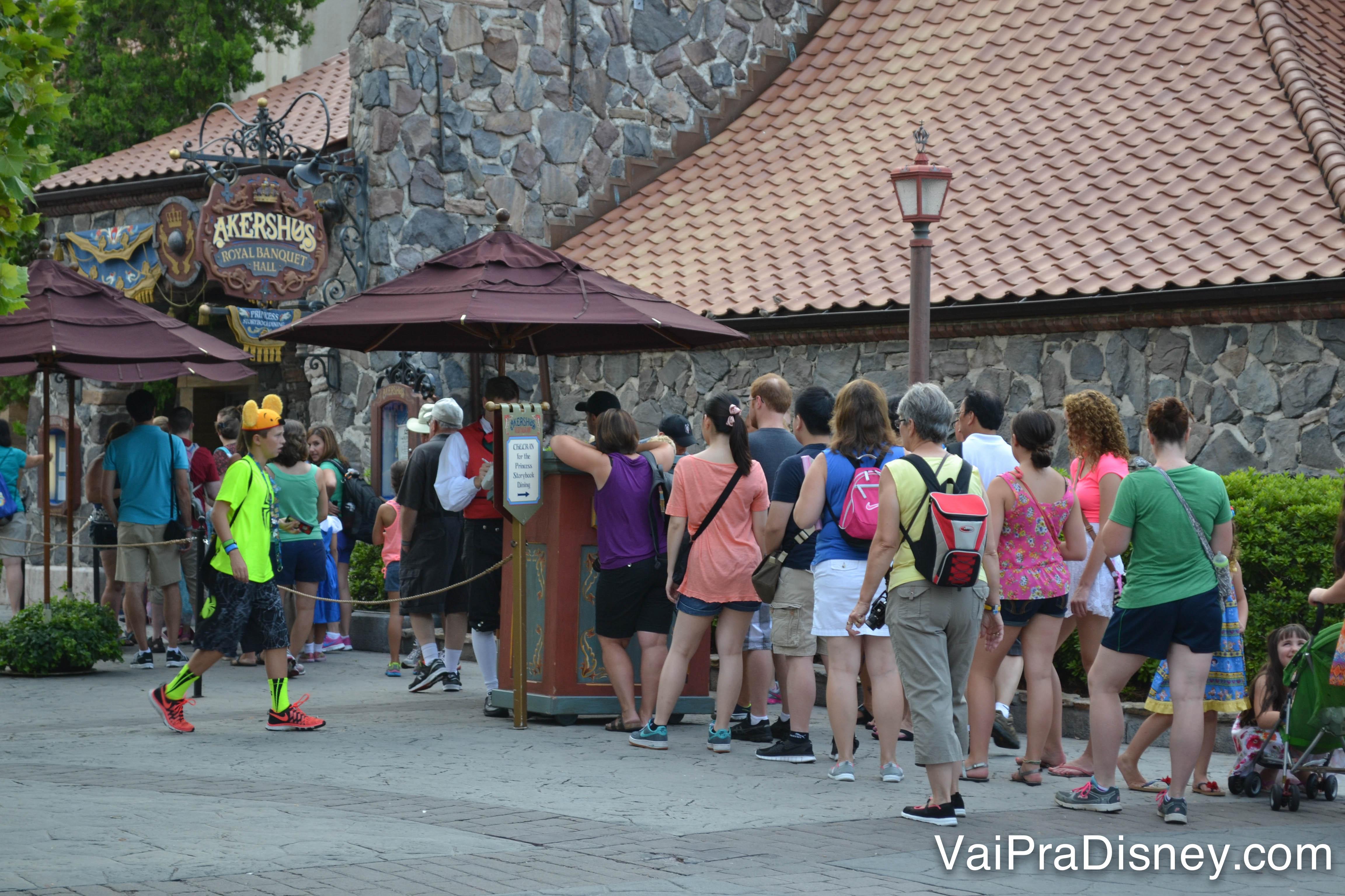 Foto da fila de visitantes esperando para entrar no restaurante, na parte da Noruega no Epcot
