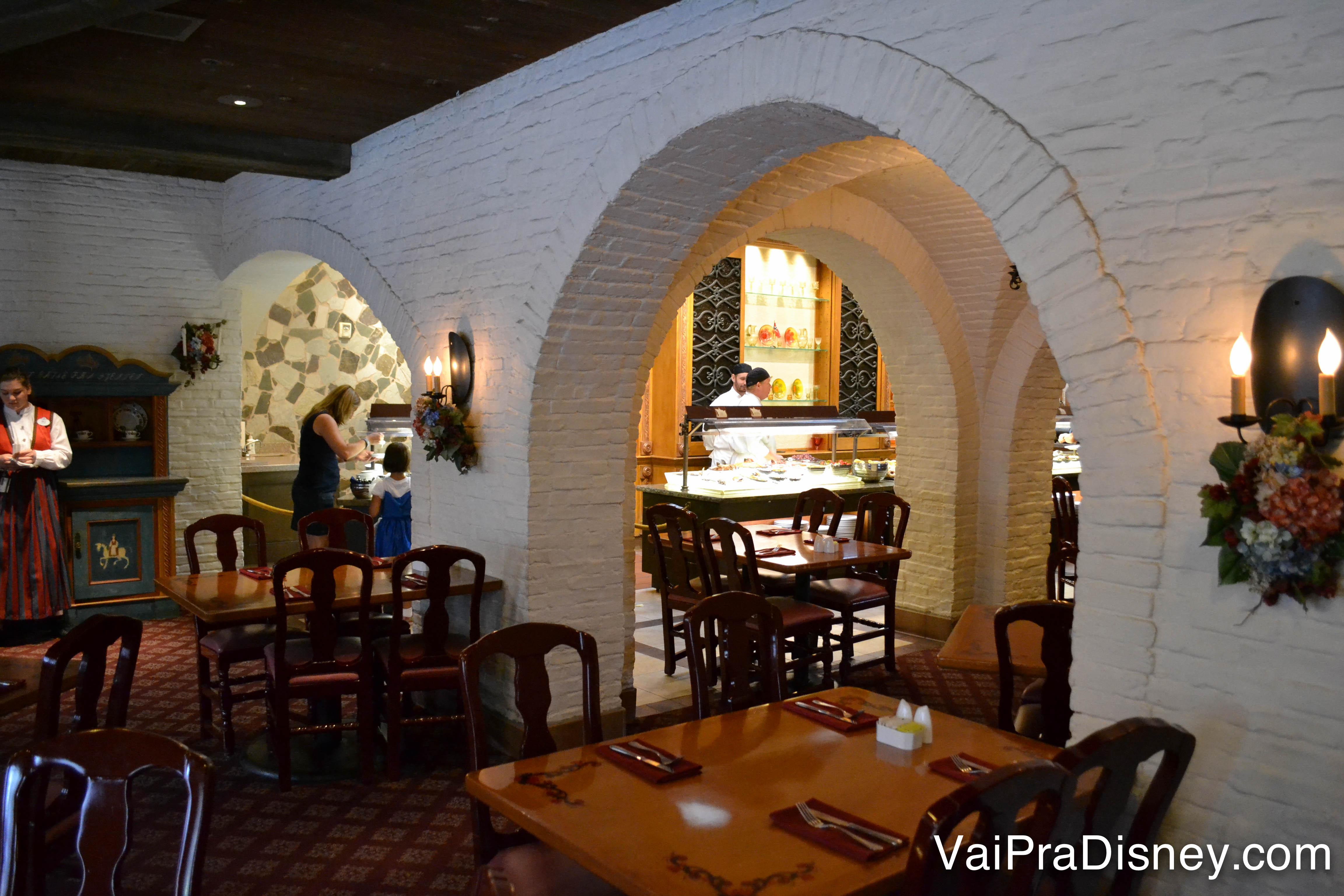 O interior do restaurante, que imita um castelo medieval