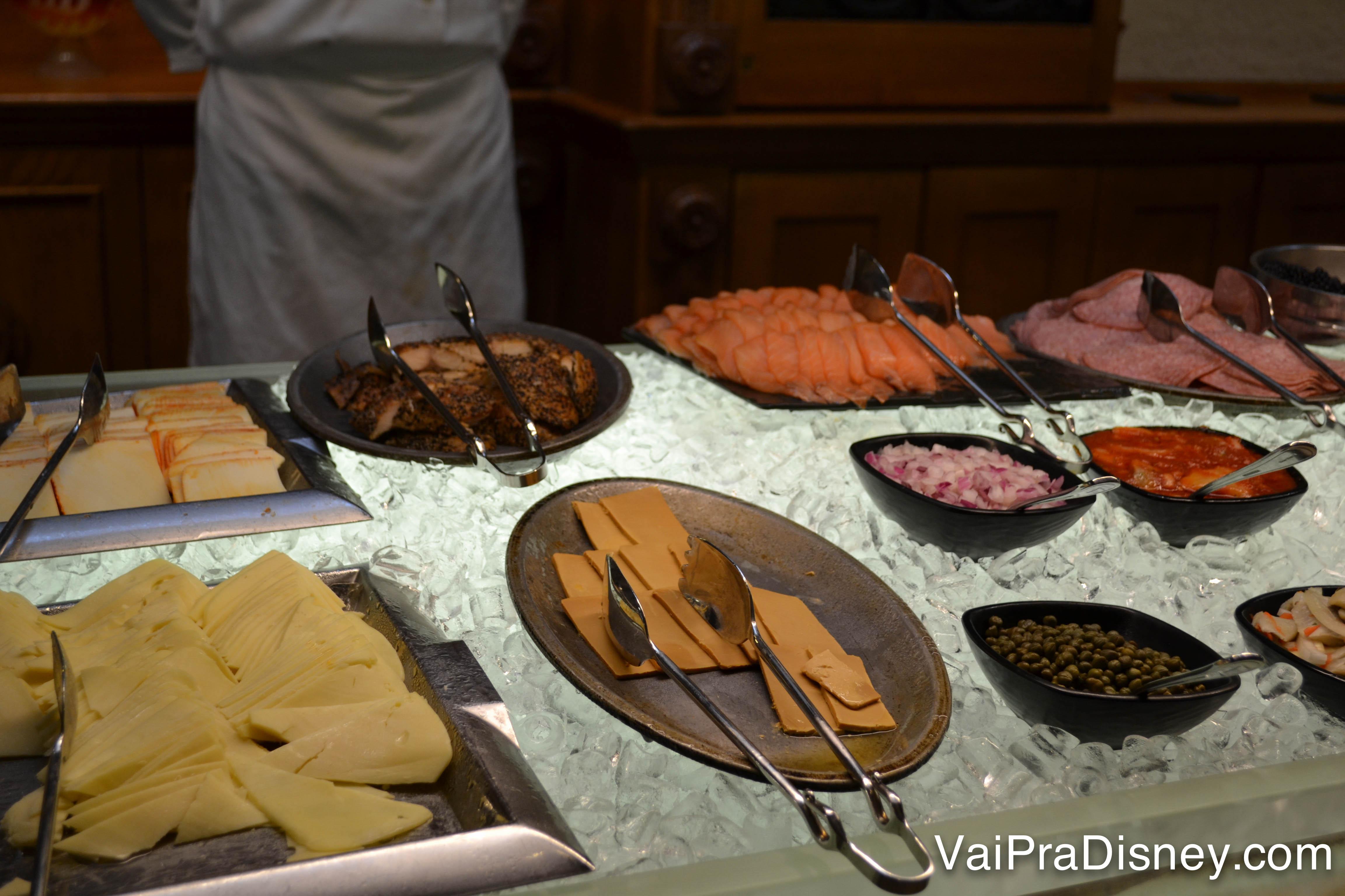Foto da parte dos frios no buffet do Akershus