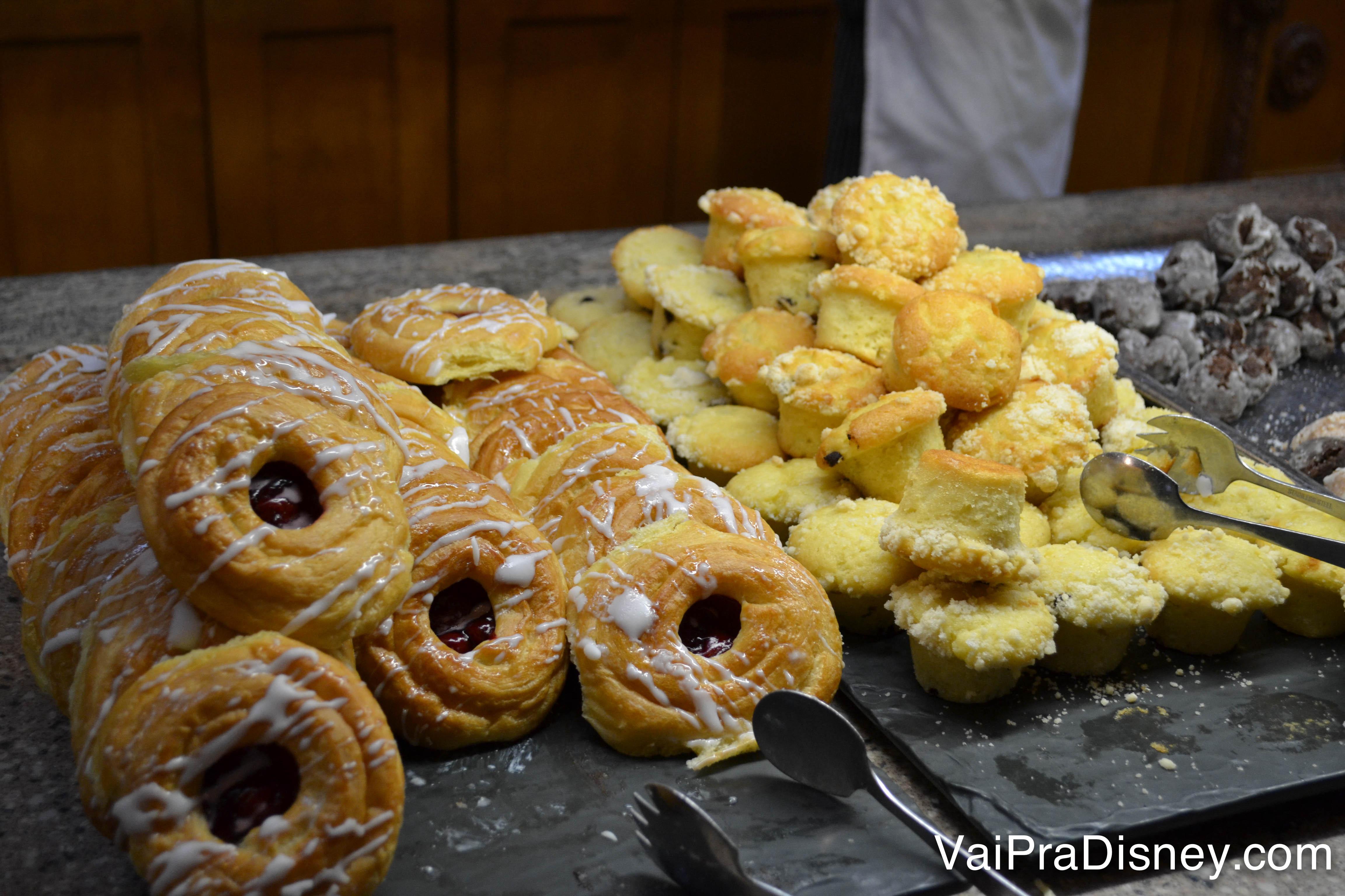 Foto dos pães e bolinhos no buffet do café da manhã no Akershus.