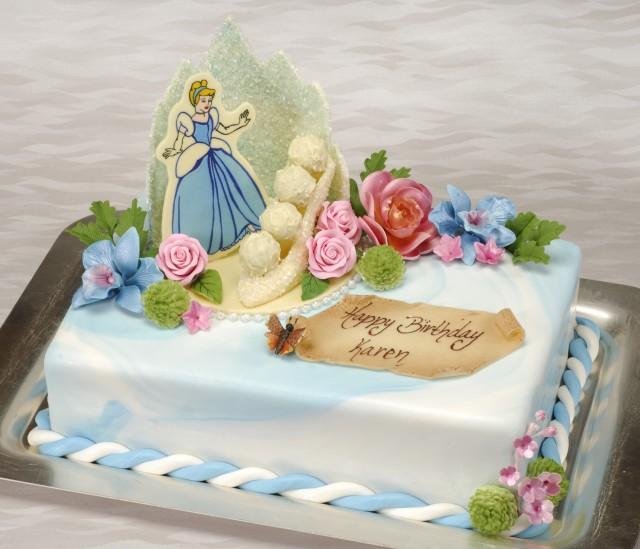 Bolo personalizado da Cinderella, azul e com decoração da princesa. Foto Divulgação da Disney