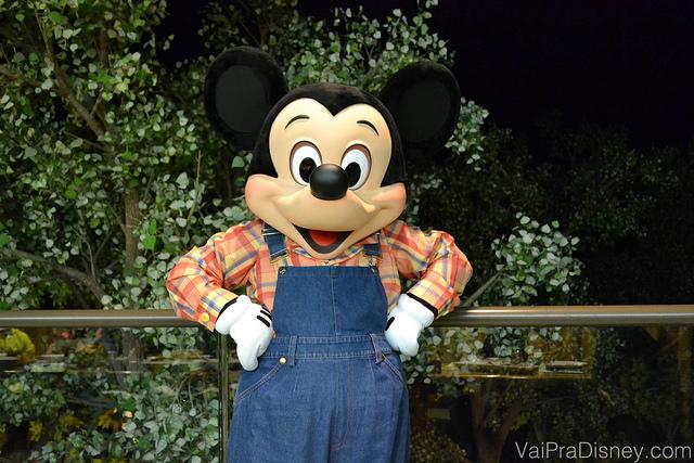 Foto do Mickey com roupa de fazendeiro no Garden Grill. Encontros com personagens são ótimos para aniversários e outras comemorações