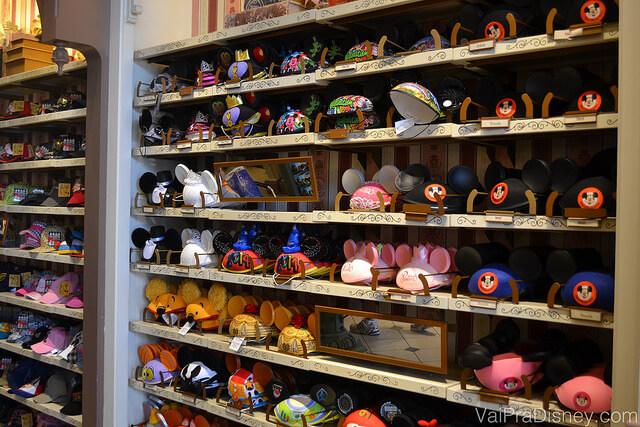 Foto de uma enorme variedade de chapéus com orelhas do Mickey na The Chapeau do Magic Kingdom