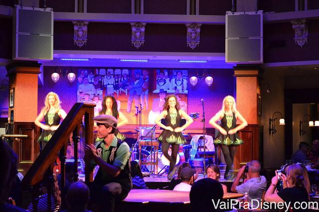 Foto do palco durante o show de sapateado irlandês no Reglan Road.