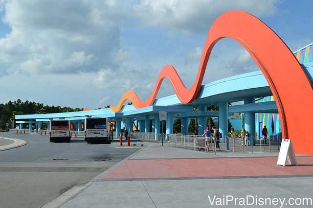 Ponto de ônibus para ir do Art of Animation para os parques. Alguns hóspedes da ala da Pequena Sereia preferem ir até o hotel vizinho para andar menos.