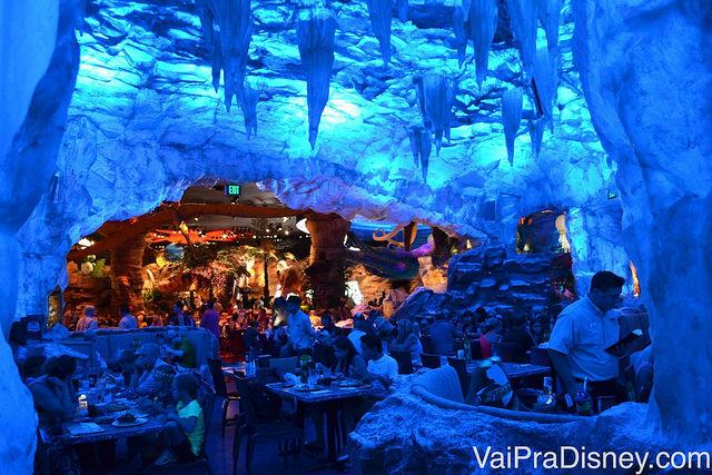 Foto do interior iluminado em azul do T-Rex em Disney Springs, inteiramente tematizado com Dinossauros