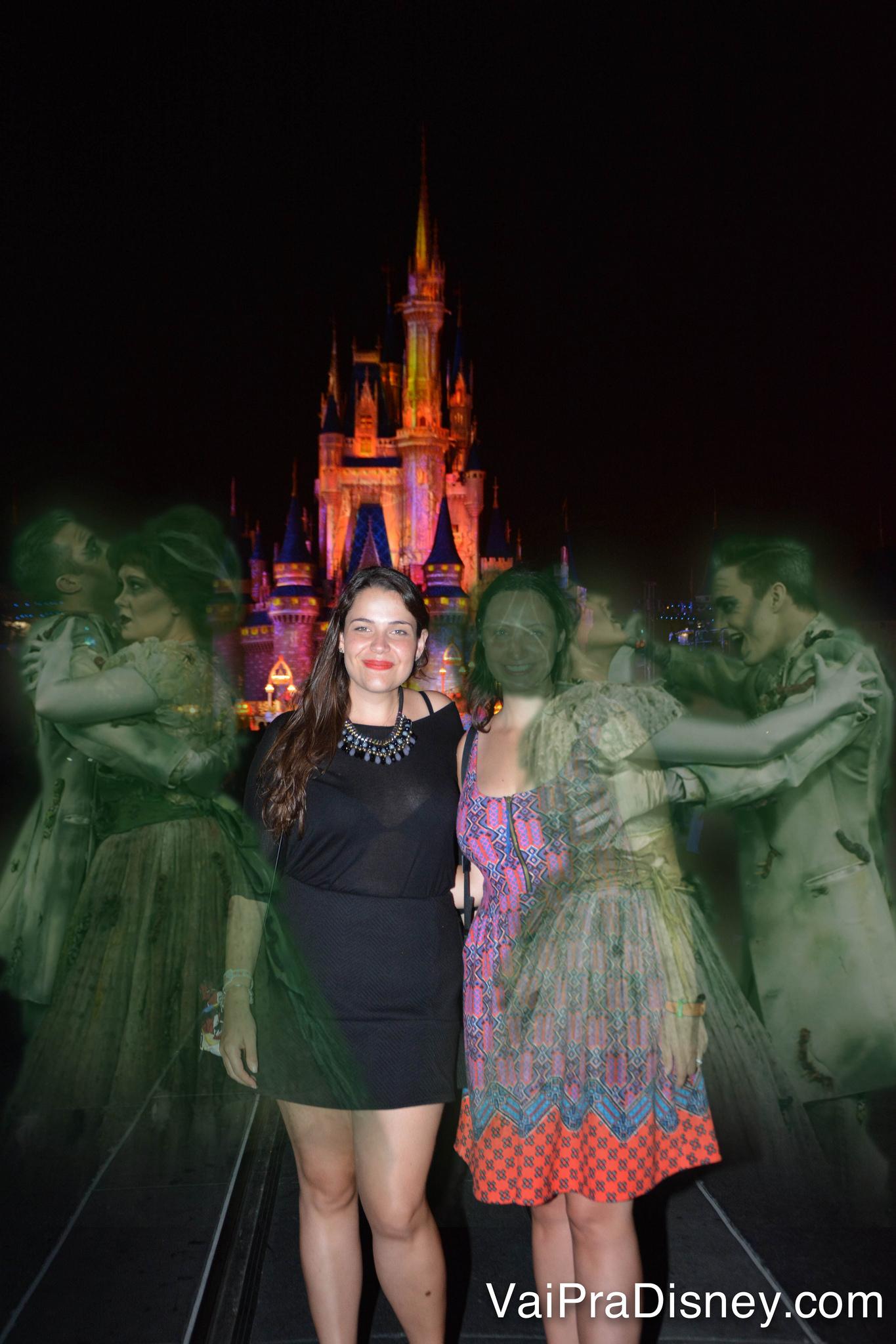 Você pode editar as fotos e colocar efeitos, como esse de Halloween da foto da Re e da Bia. Foto da Bia e da Renata em frente ao castelo da Cinderela com efeitos especiais de Halloween - dois casais de fantasmas dançando na foto.