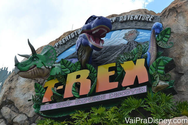 Foto da entrada do T-Rex no Disney Springs, com dinossauros em 3D na placa.