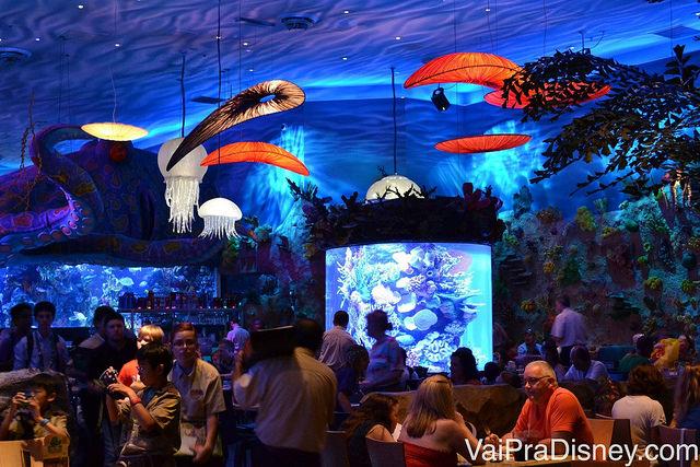 O bar do T-Rex com o aquário e decorações marítimas, como águas-vivas e polvos no teto