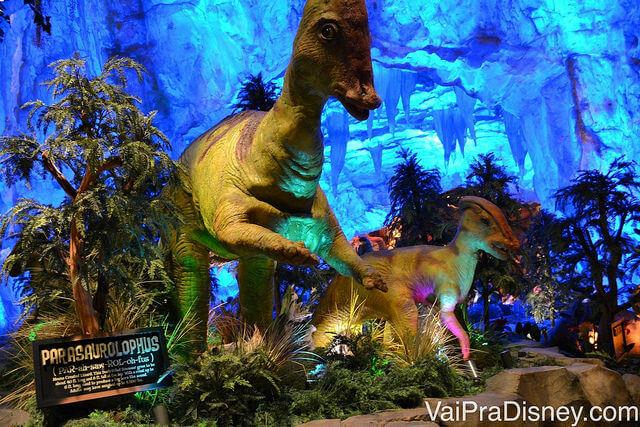 Foto dos dinossauros que fazem parte do T-Rex, restaurante temático muito divertido na Disney!