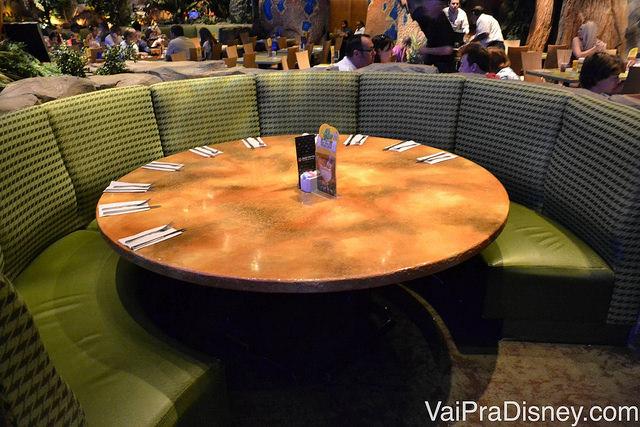 As mesas grandes que comportam famílias de todos os tamanhos, com bancos acolchoados confortáveis