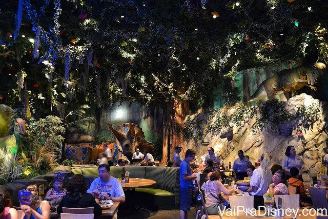 A área da floresta tropical no T-Rex,  mais tranquila e calma do restaurante