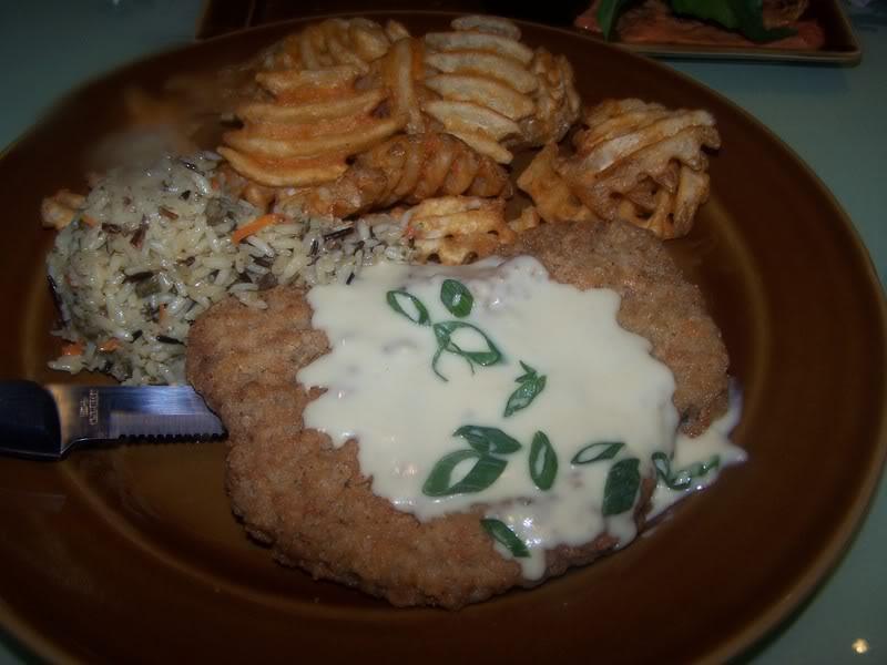 O Cretaceous Chicken Fried Steak com batata frita e arroz oriental no T-Rex