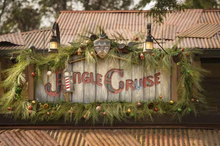 A atração Jungle Cruise vira Jingle Cruise durante a temporada de Natal. Foto da entrada dela, decorada para a ocasião