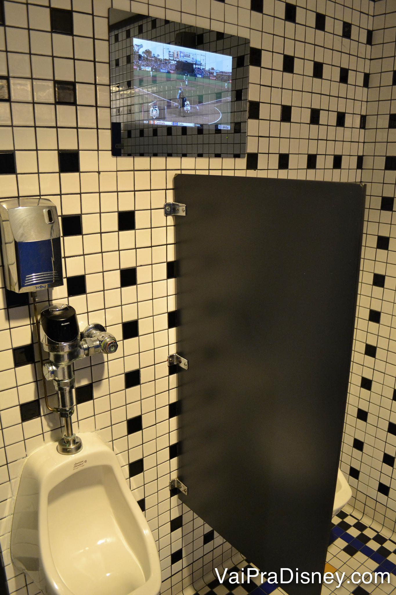 TV acima do mictório do banheiro no ESPN Club