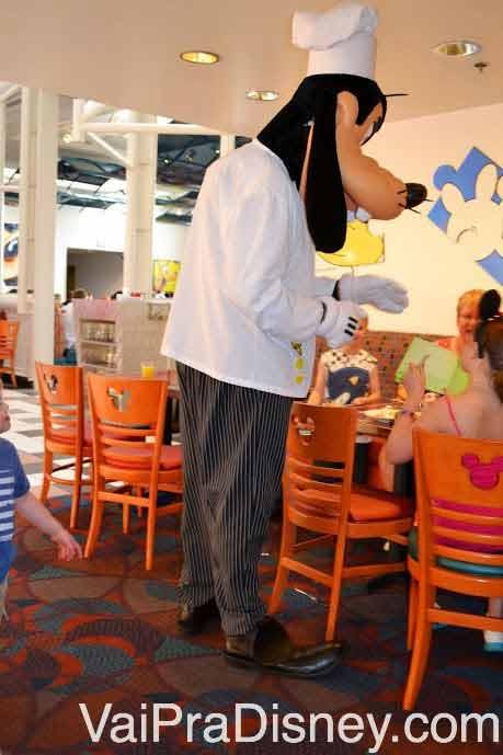 A dica é sempre ficar de olho na mesa do lado, para não correr o risco de ir buscar algo no buffet bem na hora que o personagem está chegando na sua mesa.