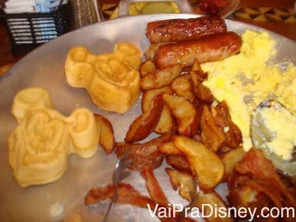 Um pouquinho da travessa de comidas quentes que serviram para a nossa mesa: waffles, bacon, ovos, batatas e uma espécie de linguiça.