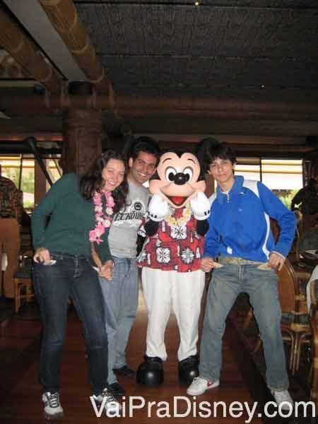 Foto da Renata com os amigos e o Mickey havaiano no Ohana