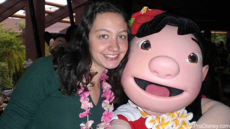 Renata com a personagem Lilo no Ohana, ambas com colar havaiano
