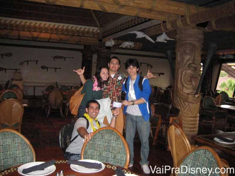 Foto da Renata com os amigos e o garçom do Ohana