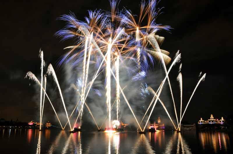 Illuminations em edição especial para o Ano Novo. Foto: divulgação Disney. Foto do show de fogos de Ano Novo do Epcot, com os fogos estourando acima da superfície do lago.