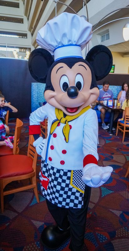 Mickey vestido de cozinheiro no Chef Mickey's, que vai reabrir para o jantar.