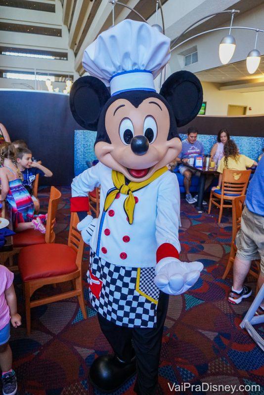 Mickey vestido de chef, como aparece na refeição com personagens oferecida pelo Chef Mickey's.