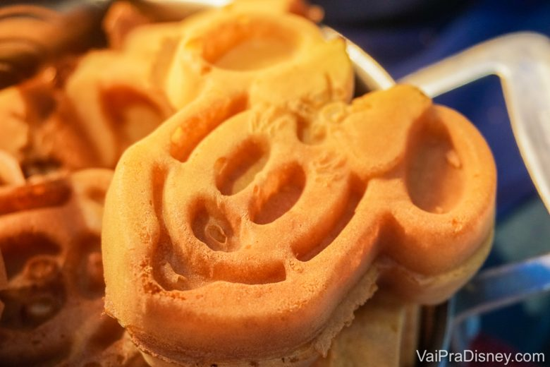 Foto de um waffle em formato de Minnie, que é servido no Chef Mickey's